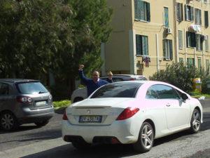 La scena che Timpanelli vide girandosi: la fiancata destra dell'autovettura ed al di là il finanziere con la droga in mano in segno di vittoria